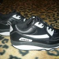 A Skechers Shape-Ups koppintása: LEMAX