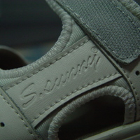 Gördülő talpú cipő a kínai áruházból