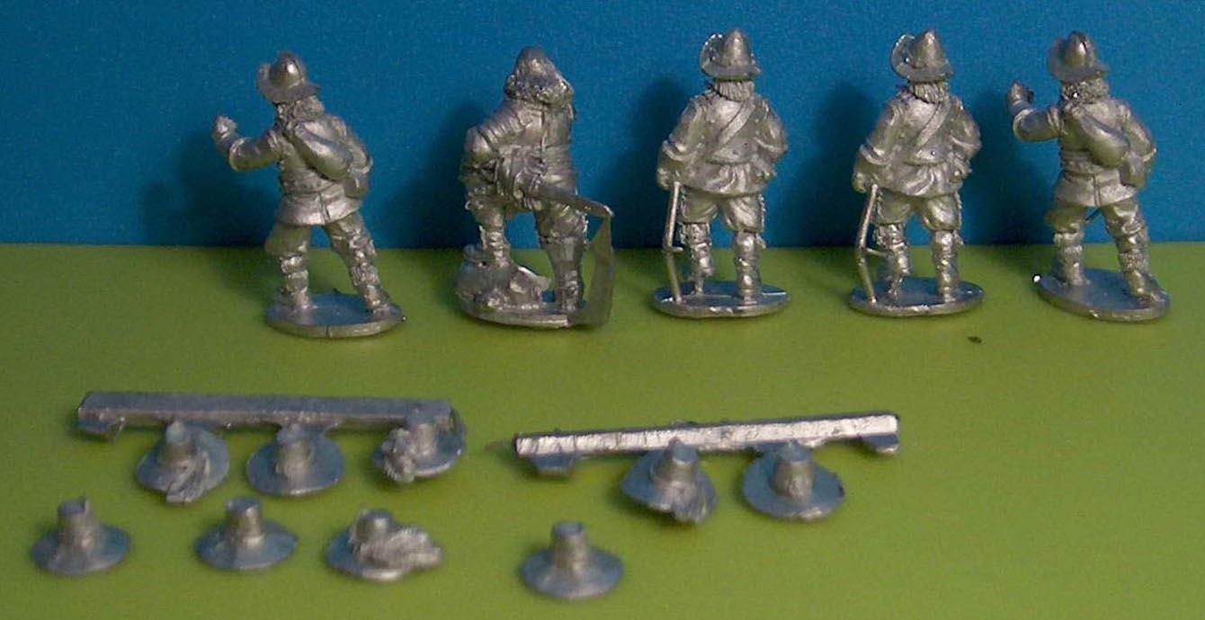 Négy extra pikmen illetve balról második figura egy zászlós/tiszt/altiszt partisannal. A keze és kalapja külön van.