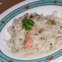 Fehérboros tenger gyümölcsei rizstésztával