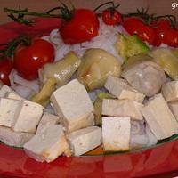 Sült zöldségek és tofu rizstésztával