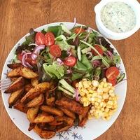Fűszeres sült burgonya hasábok friss salátával és Ranch dresszinggel