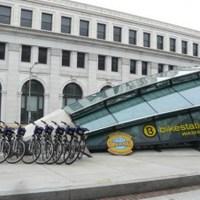 Így őrzik más városok a bringákat - bevétel nekik, biztonság a tulajnak