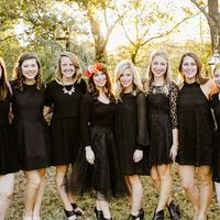 Fekete ruhás menyasszony, erdei környezetben