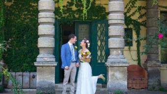 Aranyérmes násznép palacsintapartival és színkavalkáddal: Kata és Dani esküvője