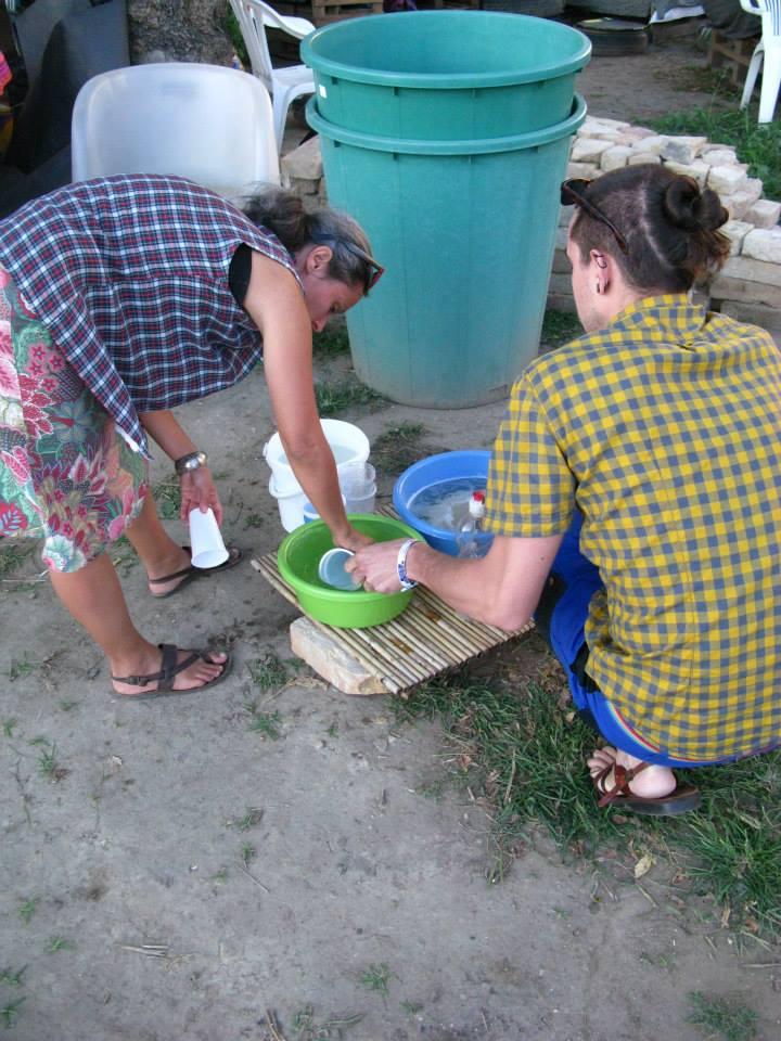 kettőezertizennégyAUGUSZTUStizennyolc - akkor mosogattunk közösen Kornéllal a Grundkert 2.0-ben