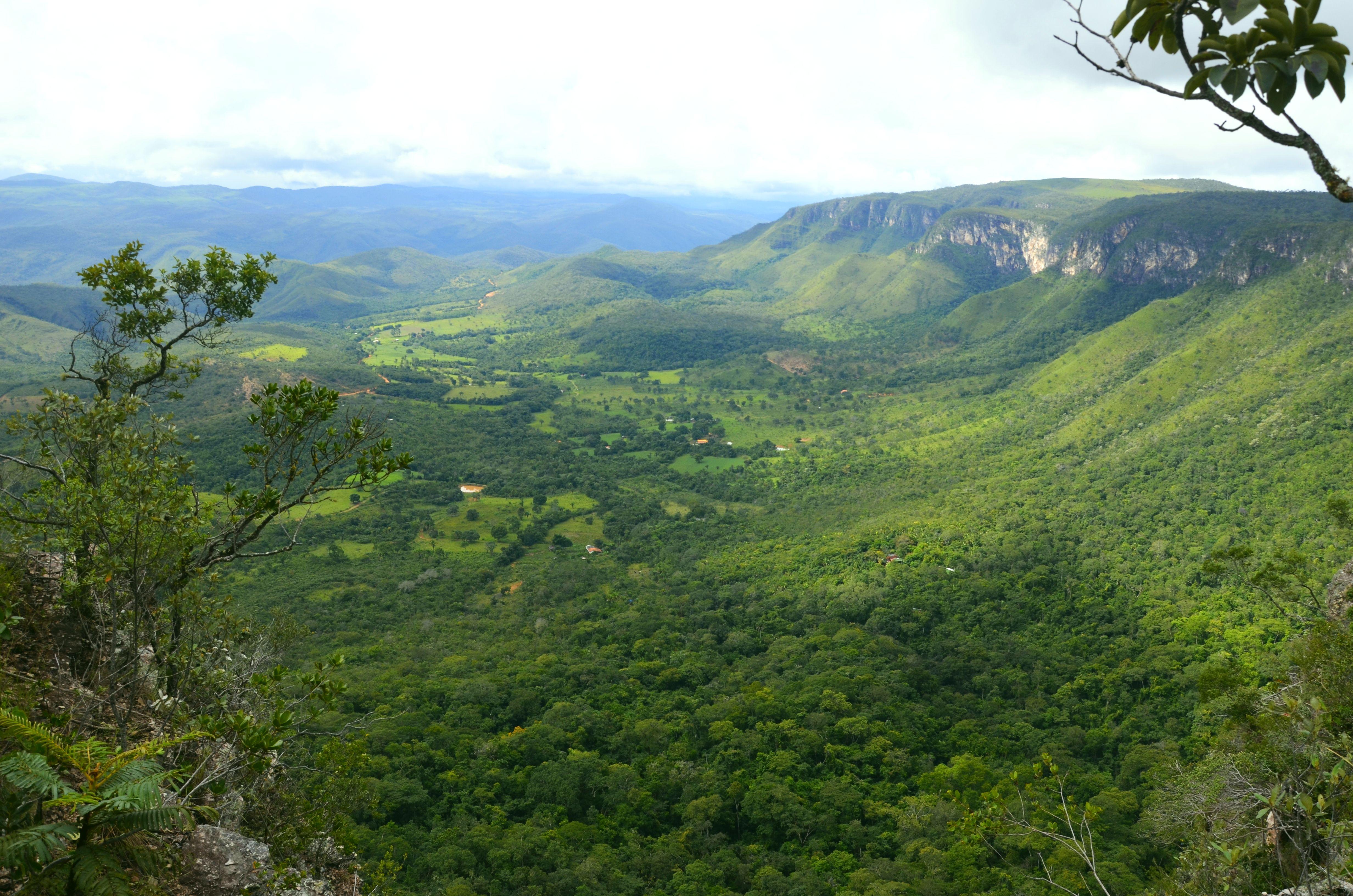 Kilátás a fennsík tetejéről a völgyre