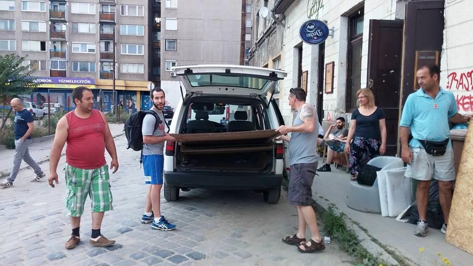 Elfér ebben még vagy három albán menekült is' fektetve