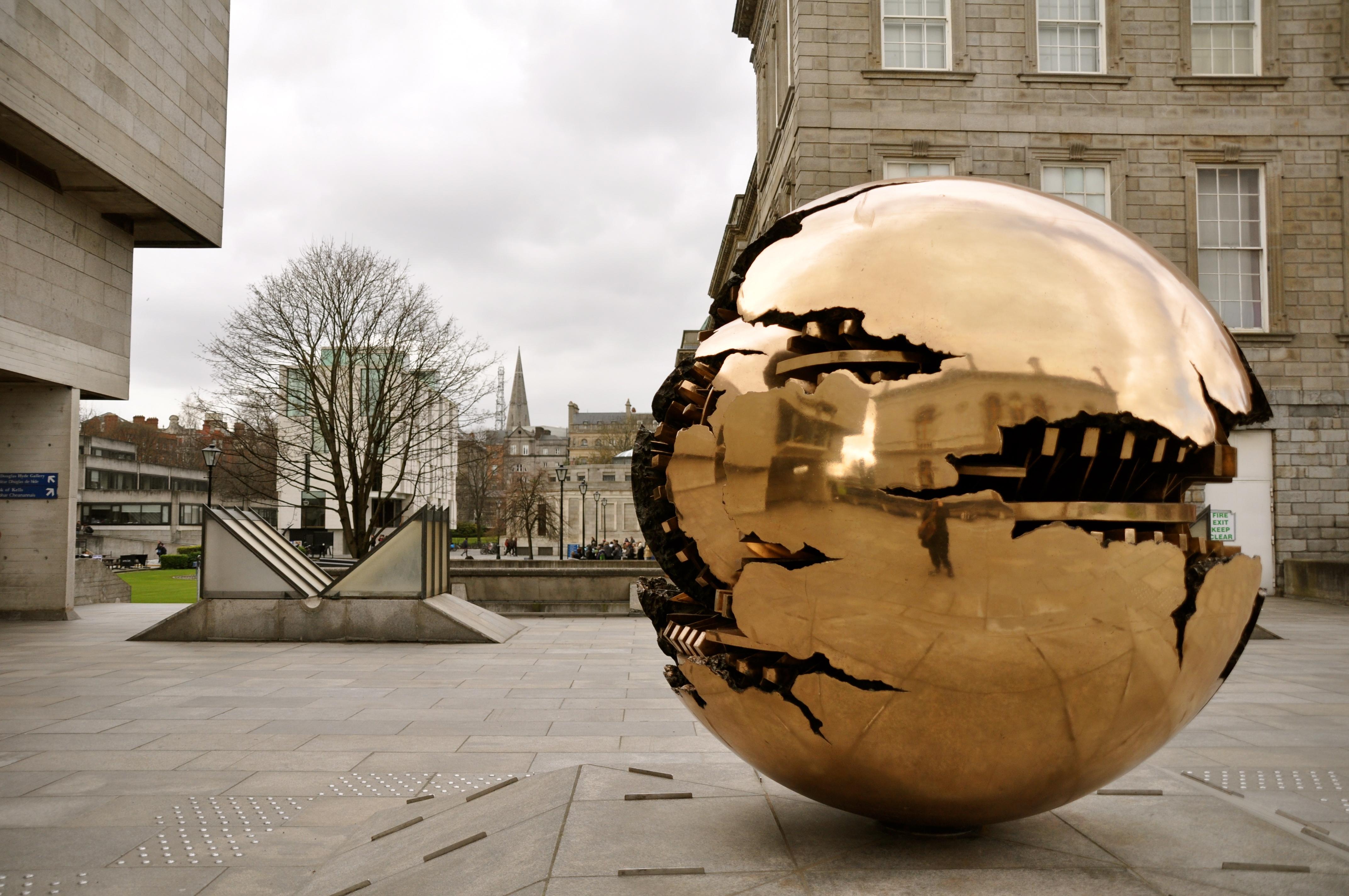 Sfera con sfera - Arnaldo Pomodoro olasz szobrász alkotása. Különböző verziói más híres épületeknél is láthatóak, például a Vatikánban  vagy New Yorkban.