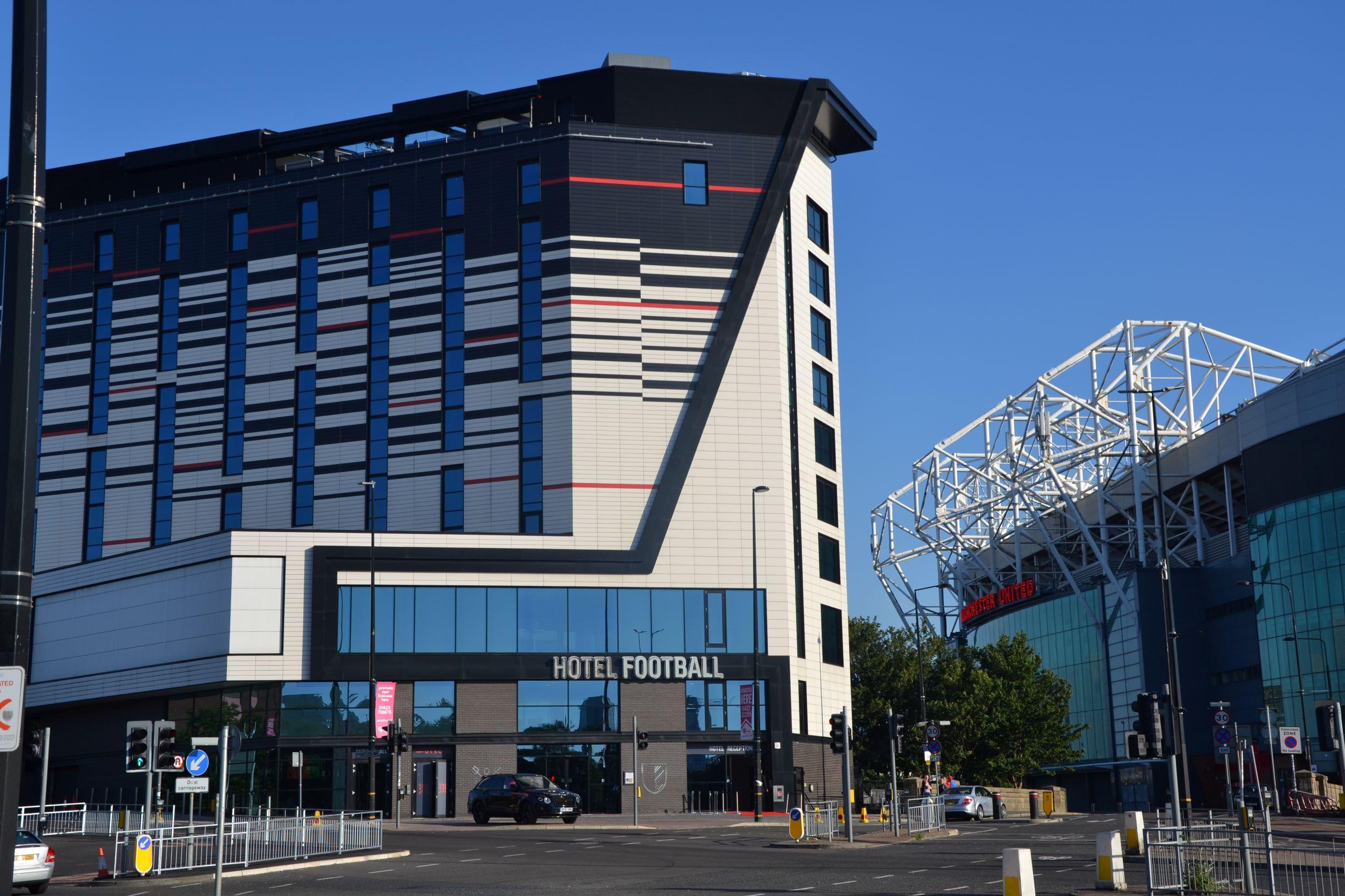 és mellette a Football Hotel