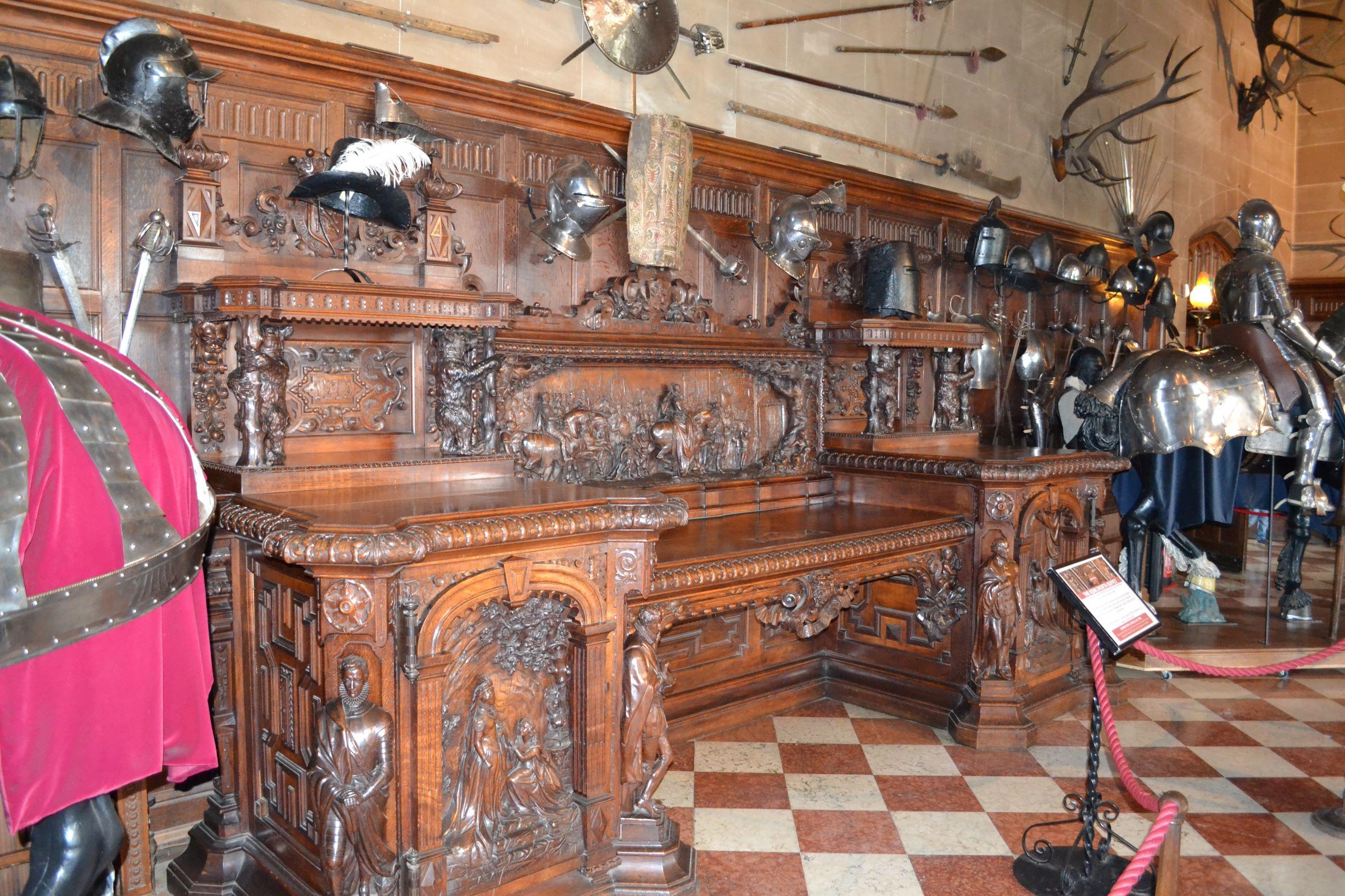 Egyetlen fából faragott iróasztal a vértek termében