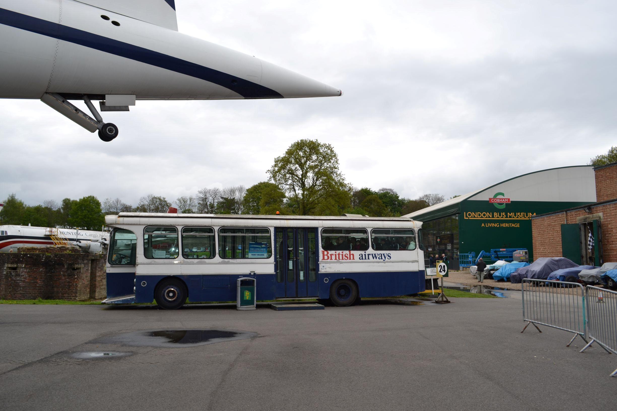 Háttérben a buszmúzeum, balról a Concorde feneke lóg be, középen meg egy reptéri British Airways busz