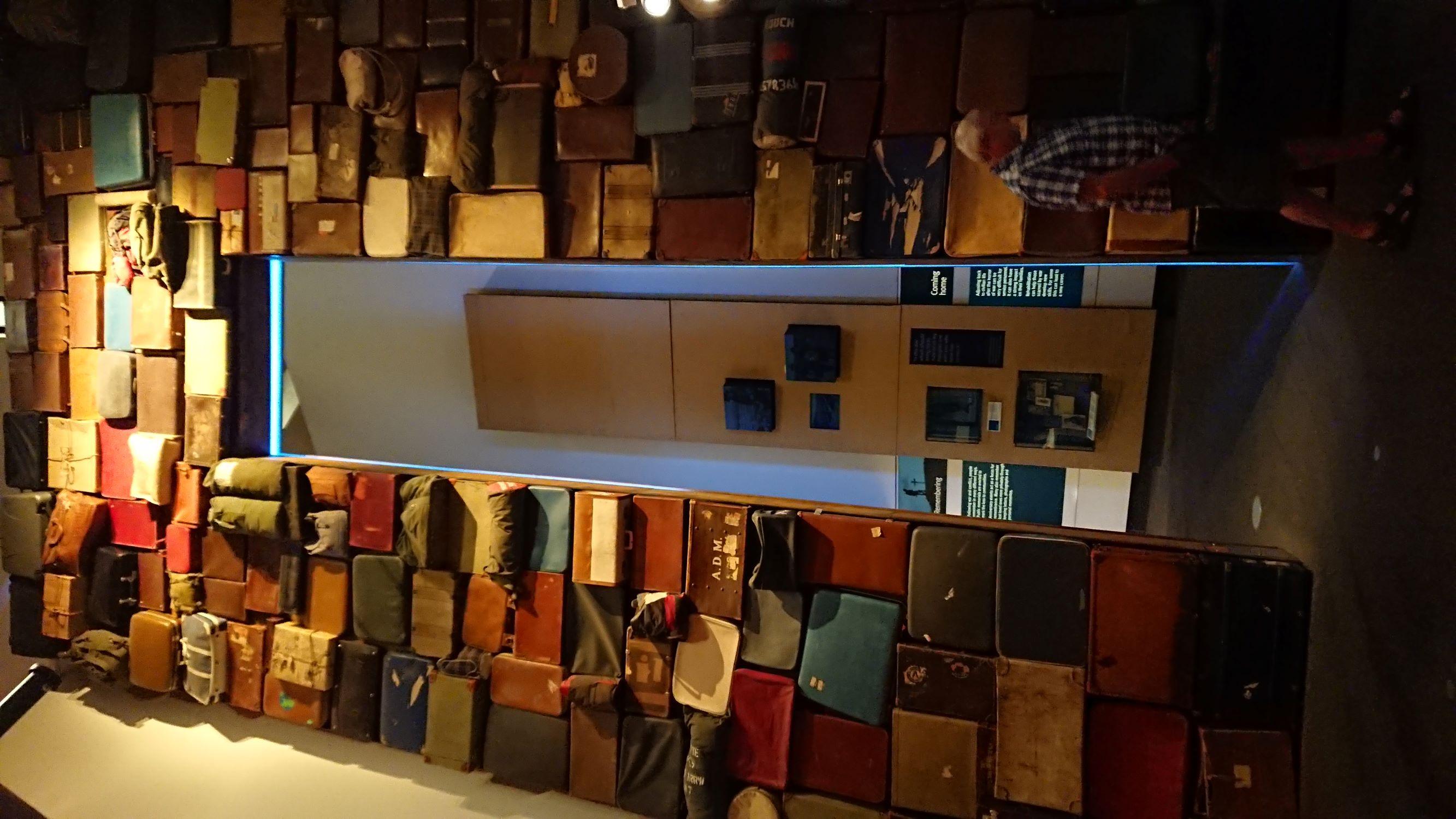 Emlékül mindazoknak, akik a háború miatt elhagyni kényszerültek otthonukat. Mi férhet egy bőröndbe?