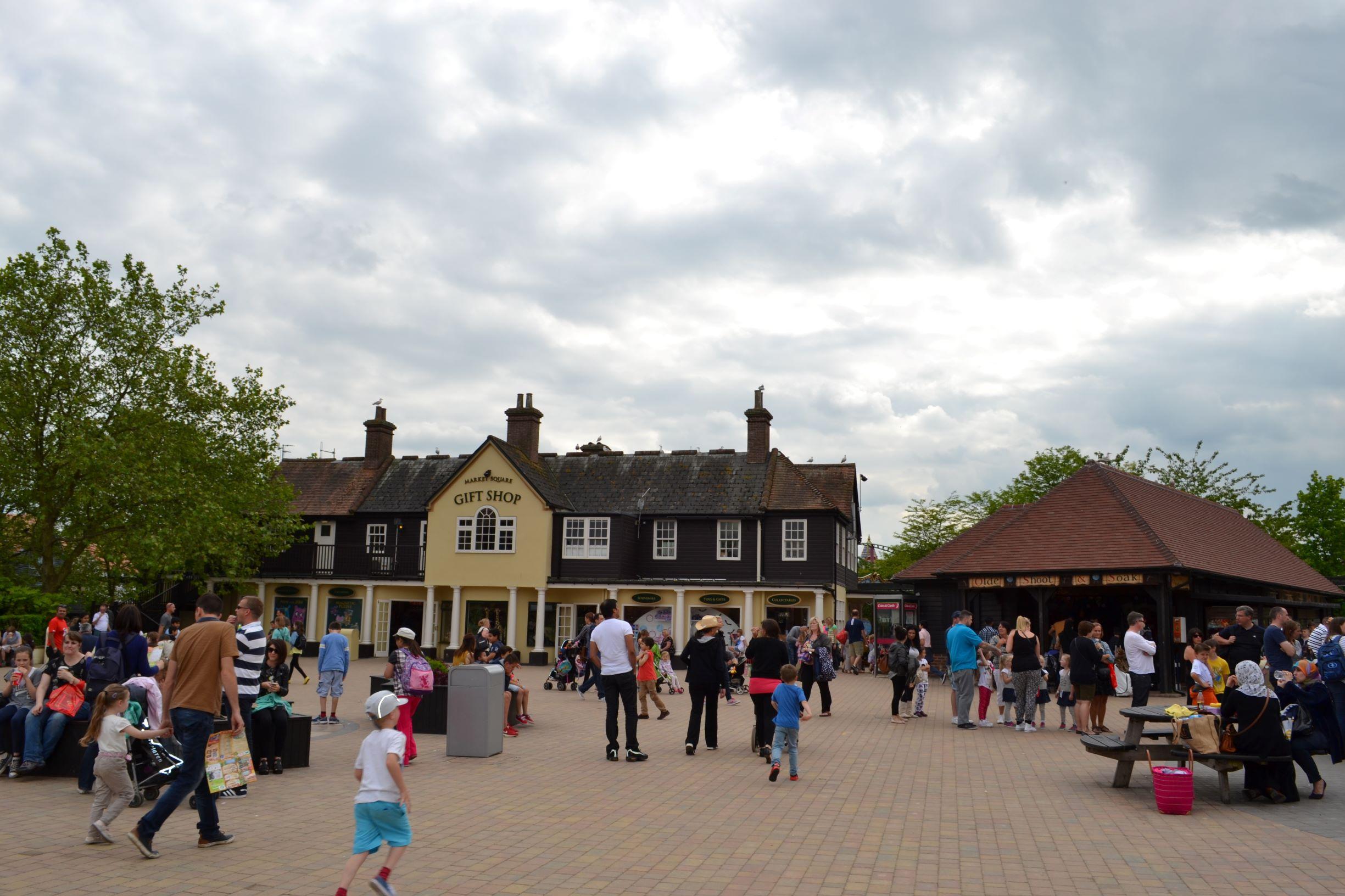 egy csomó hasonló tematikus kis terecske található a parkban, ahol enni, inni, vásárolni lehet