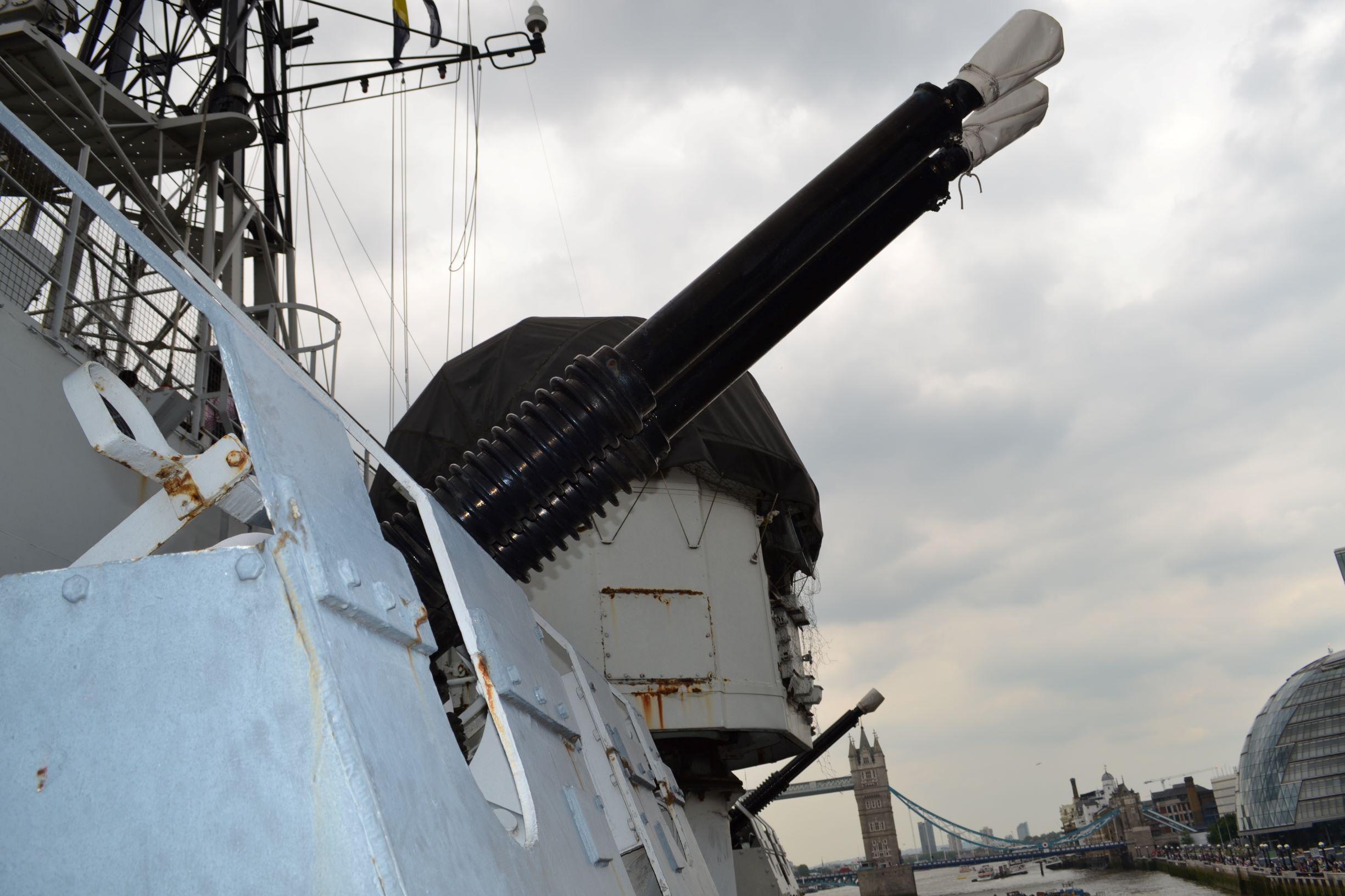 Bofors-ok a partra irányítva