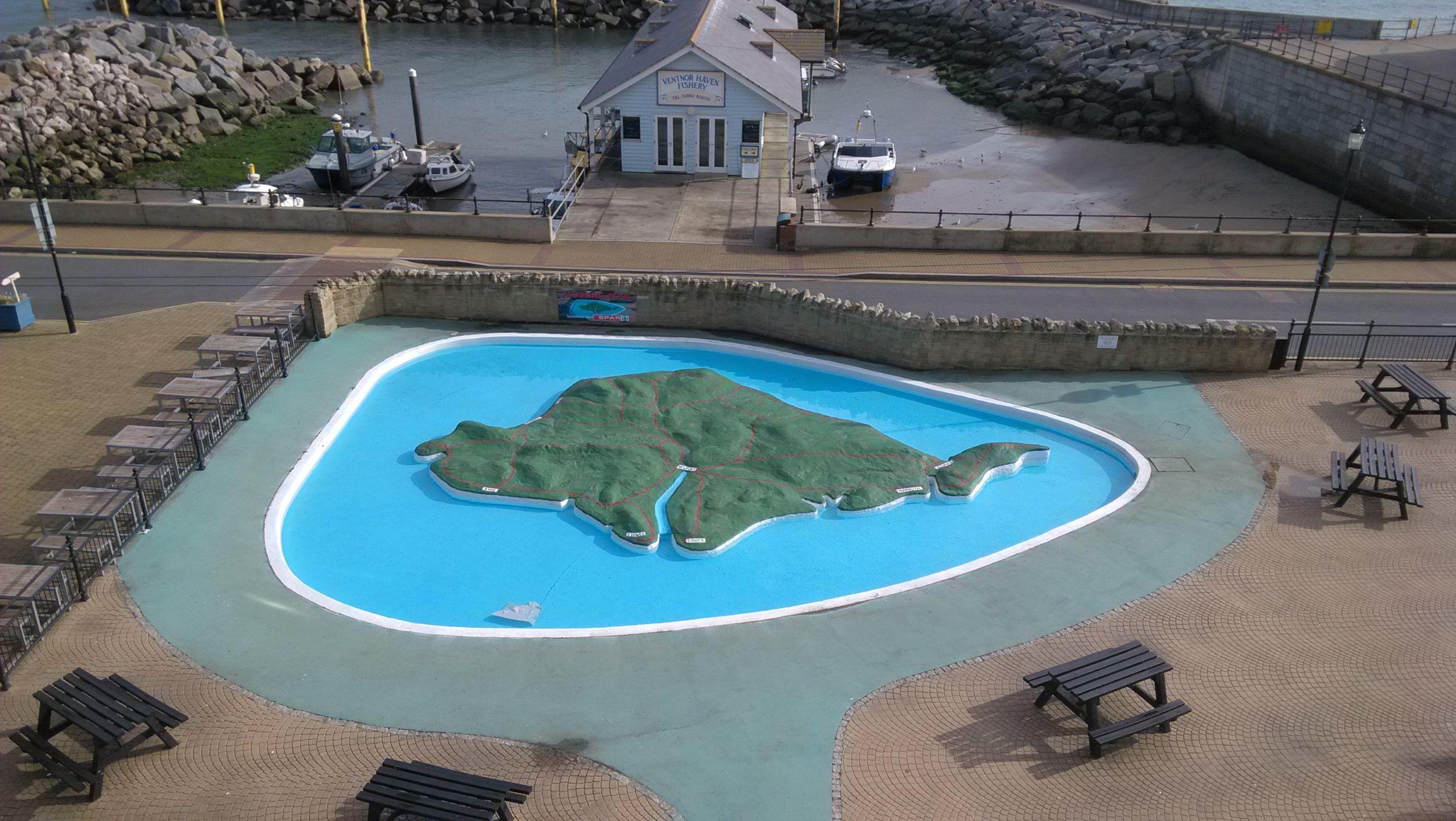 Isle of Wight alakú vizes minijátszótér gyerekeknek, háttérben a halsütöde