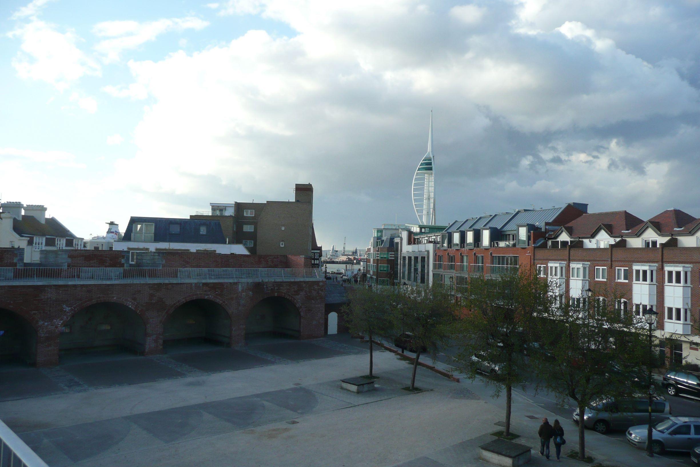 A Clarence mólótól a másik irányba indulva a történelmi dokkok, a hadikikötő, a Spinnaker torony és a városközpont felé haladtunk