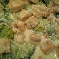 Brokkolis, tömlős sajt-szószos csirkemell penne tésztával