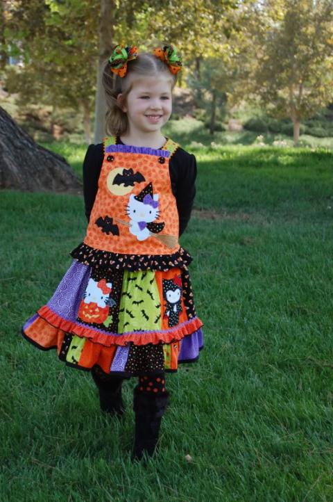 5cccf97838 Csak ezt az egy ruhát szeretném Nektek megmutatni, mert ötletes és számomra  nagyon vidám darab ez - még ha Hello Kitty-s is -, amit még Haloweenen  kívül is ...