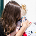 Anya-gyerek kapcsolat fémbe formázva