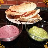 Indiai papad guacamole és babpüré mártogatóssal