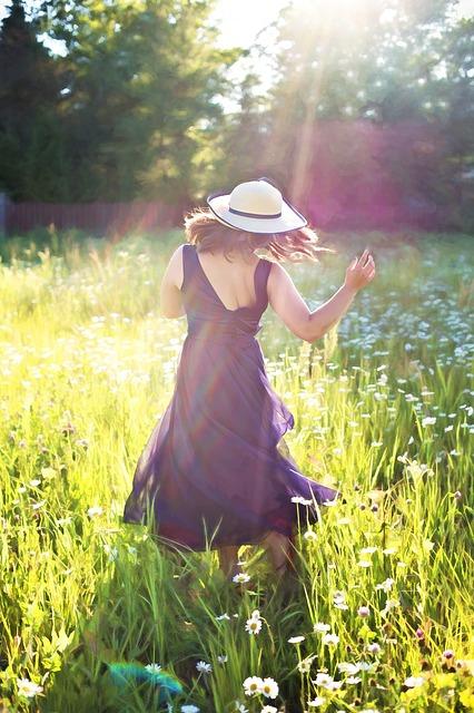 pretty-woman-in-field-820477_640.jpg