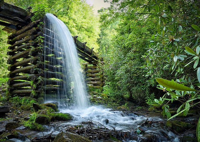 waterfall-1062586_640.jpg