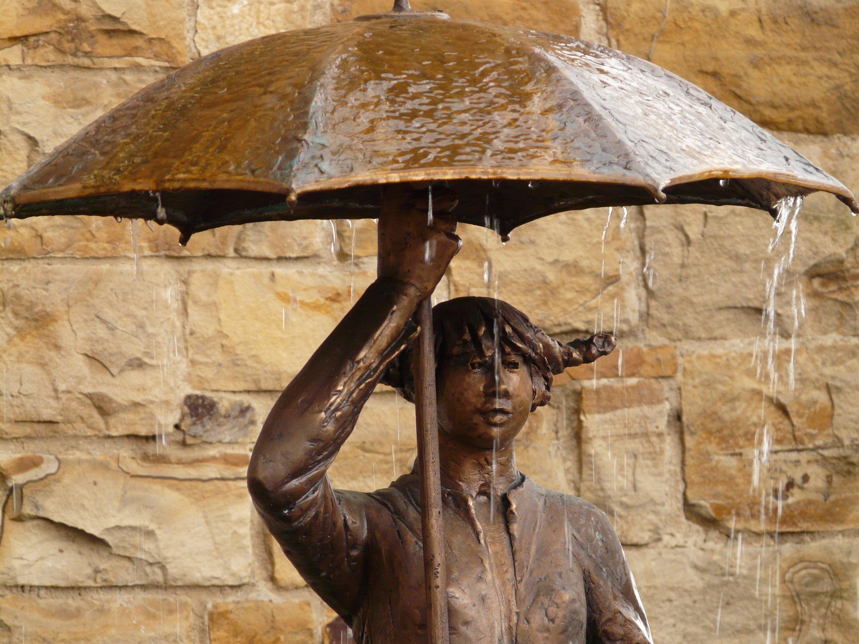 statue_rain_umbrella.jpg
