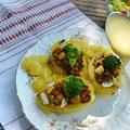 Zöldségekkel töltött krumpli, sajtmártással