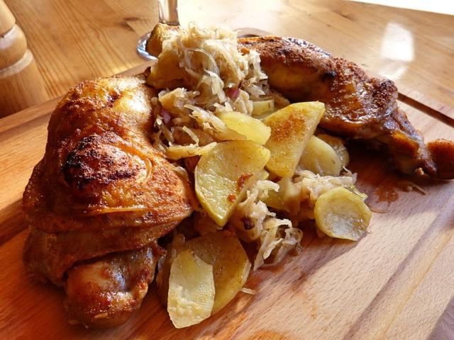 Mézes sült csirkecomb, krumplis bajor káposztával