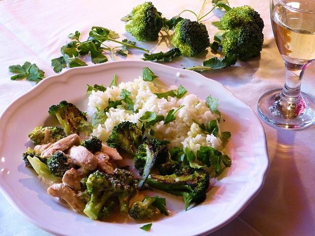 Borban párolt, sajtos, brokkolis csirkecsíkok