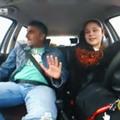 Győzike 13 éves lányát tanította vezetni