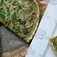 Frissítő zöldfűszeres lepény zsenge sóskával, gombaszeletekkel koronázva