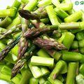 Zöldspárga-krémleves gyömbérrel és tökmagolajjal