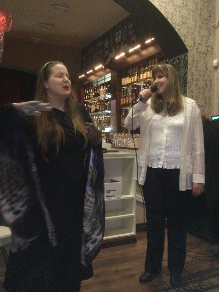 Napsugár Anna jeltáncművész és Krizbai Teca énekes.jpg
