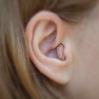 A hallókészülék tisztítása és ápolása