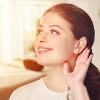 Miért lenne ciki a hallókészülék, ha már a szemüveg sem az?