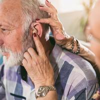 Kísérjük el szerettünket hallásvizsgálatra!