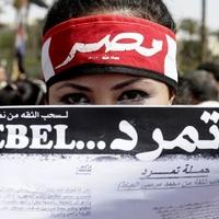 A kairói forradalmárlány imádkozik a demokráciáért