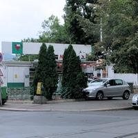 A kis benzinkút a Balassi Bálint utcában