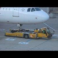 Csak úgy: towbarless aircraft tractor munkában