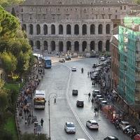 Háztömb beépített római színházzal