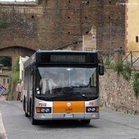Mini- és midibuszok középkori utcákon