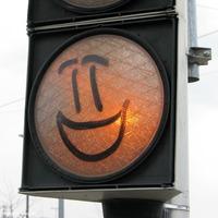 A szokottnál is jókedvűbb lámpa-szmájli