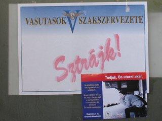Plakát a Keletiben, november 21-én: akkor most mégis a mellékvonalakért sztrájkoltak?