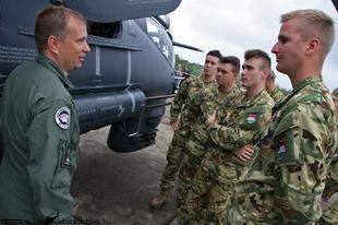 Ismerkedés a Mi-24P helikopterrel - NKE másodéves honvéd tisztjelöltek látogatása a Börgöndi repülőnapon