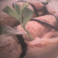 Borjútekercs nyers sonkával, medvecukorhálóban