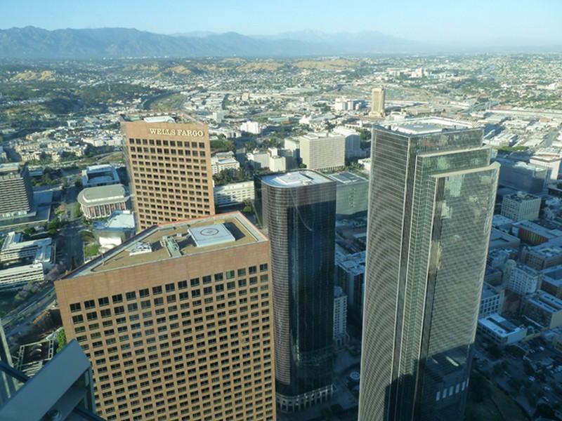 Számozott helikopter leszálló pályák a felhőkarcolók tetején