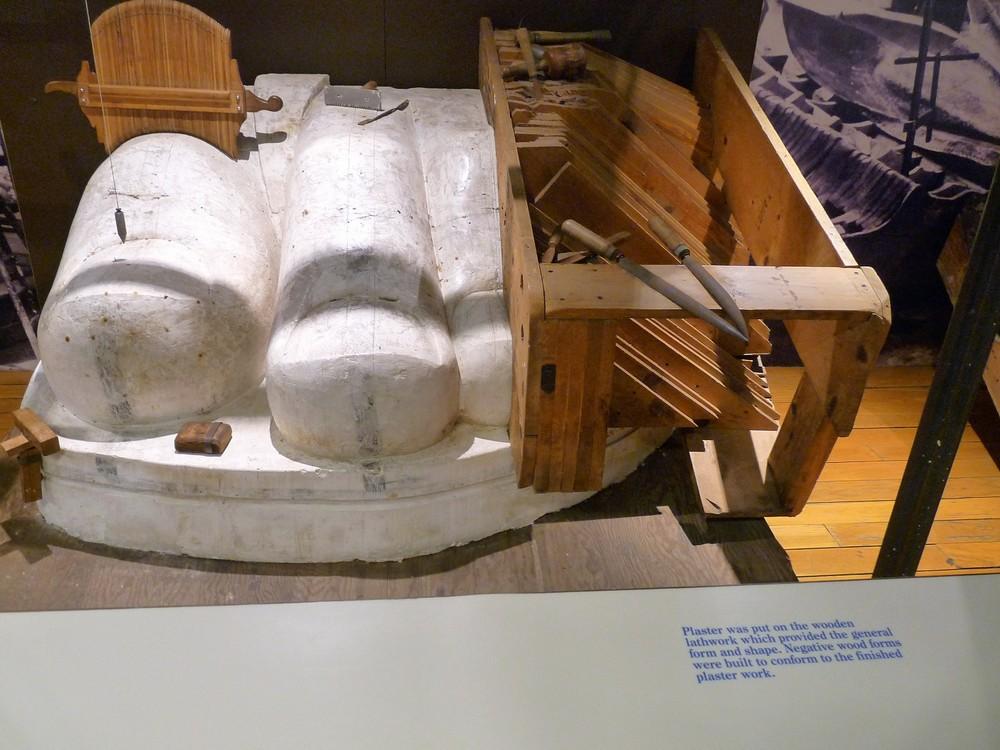 A szobor külsejét alkotó rézlapok megformálásához először egy gipszmintát kellett készíteni. Ennek alapját egy fából készült negatív forma szolgáltatta.