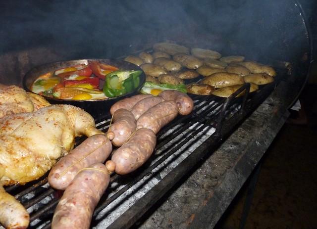 Asado, vagyis szabad tüzön sütött hús Argentínában.JPG